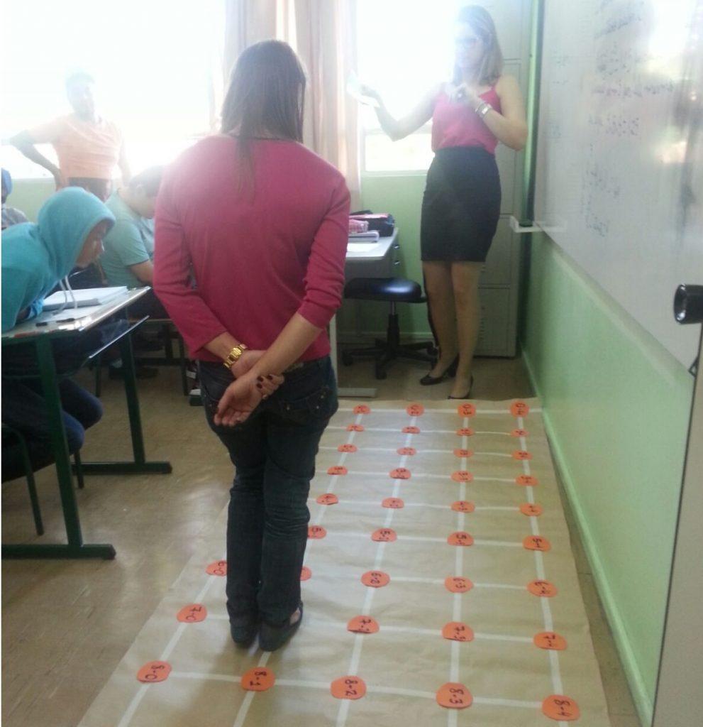 Imagem em que aparece Julia e alunos